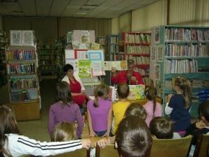 Deti sa zoznamujú s ilustráciami Tomáša Klepocha