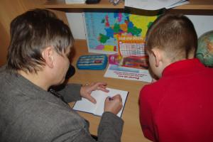 Podpisujem sa rovno za domácu úlohu - aby chlapcovi v škole verili, že sa nemohol pripraviť do školy, lebo musel počúvať Hlušíkovú