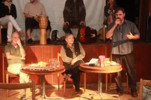 Na ľavej strane fotky Ľubomír Šárik, krstný otec knižky, v hlbokom rozjímaní :)