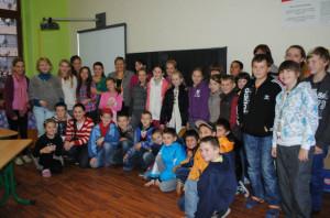 A všetci sýýýýýýr :) Spoločná fotka s pani učiteľkou Poloreckou a jej šikovnými žiakmi :)