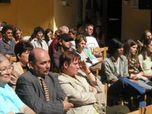 Spolu s manželom pri sledovaní divadelného súboru Agadir z Brna pri inscenácii poviedok z knihy Záhrady