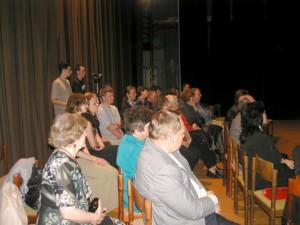 Obecenstvo na javisku kultúrneho domu, aby bolo k poézii bližšie