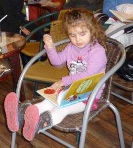 Najmenšia čitateľka v akcii :)