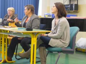 Besedu uviedla profesorka gymnázia Annamária Hlušíková  (vpravo). No áno, áno, moja nevesta - a som na ňu pyšná