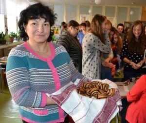 Pani Irenka Kruciláková s koláčikmi - no mňam :)