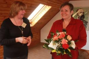 Pani Jana Póšová mi ďakuje za vyhodnotenie súťaže nádhernou kyticou
