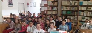 Vonku svietilo slniečko a tieto deti pokojne sedeli v školskom klube a čakali na besedu :)