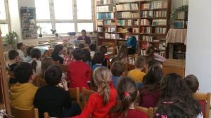Do príjemného prostredia knižnice ZŠ ma pozvala pani učiteľka Mgr. Erika Kantorová