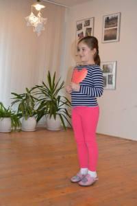 Toto je šikovná Lujza Hockicková, ktorá nielenže spieva a robí gymnastiku, ale aj pekne kreslí - ako väčšina jej spolužiakov, lebo na výtvarnom prejve detí si na ZŠ Ľ. Fullu dávajú záležať.