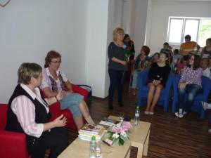 Pri druhej skupinke čitateľov číha pani knihovníčka Dragulová s ružičkou v ruke :)