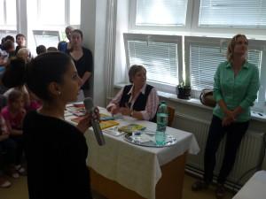 Žiacku prezentáciu sleduje pozorným okom aj pani učiteľka Mikušová, ktorá naše stretnutie so svojimi deviatačkami Nikolkou a Alžbetkou pripravila.