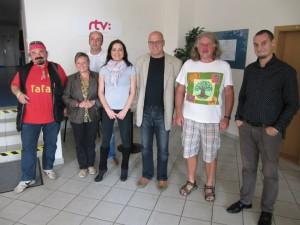 Spoločná fotografia po dobre vykonanej práci. Zľava: Janko Cíger, Marta Hlušíková, Jozef Kaščák, Katarína Kovačechová, Ondrej Kalamár, Peter Kefo Šrank, Marcelíno Páleš