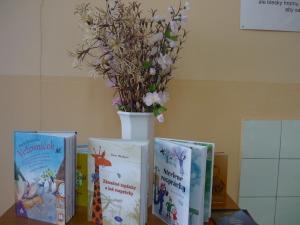 Predstavujem deťom svoje najnovšie knihy.