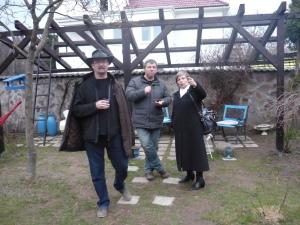 Mirko Regitko na ceste k vtákovi (nasledujúca fotka), Jurko Martiška  a Ľubica Ďurišinová