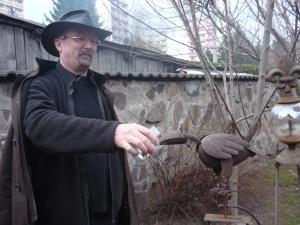Mirko napája poloslepú vranu