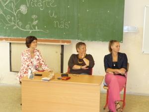 Zľava: Mgr. Eva Štefancová, vpravo Mgr. Daniela Magerová. Sledujeme šikovnú recitátorku...