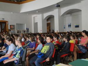 Aula Biblickej školy praská vo švíkoch.