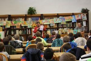 Prostredie plné kníh a nádherných výkresov, ktoré deti zvolenských škôl nakreslili podľa knižiek Baňa Jobusa a mojich