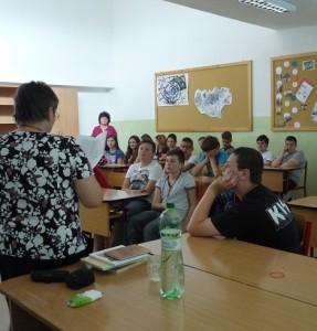 V pozadí Mgr. Vlasta Tkáčová, bývala kolegyňa, ktorej spod rúk vylietavali každý rok recitátori a literáti :)