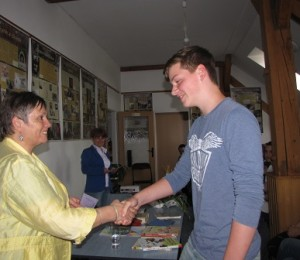 Ocenenie si preberá gymnazista Ladislav Dono za prózu Prečo nechceme vojnu
